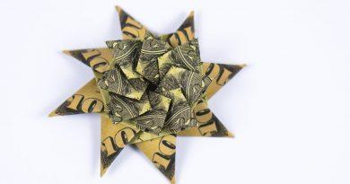 Dollar Origami Xmas Star making: Idea for gifting money at Christmas 4