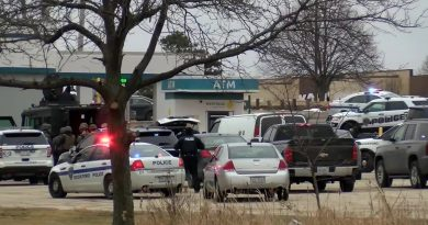 RAW VIDEO: Scene of hostage situation at credit union (CNN Newsource) 2